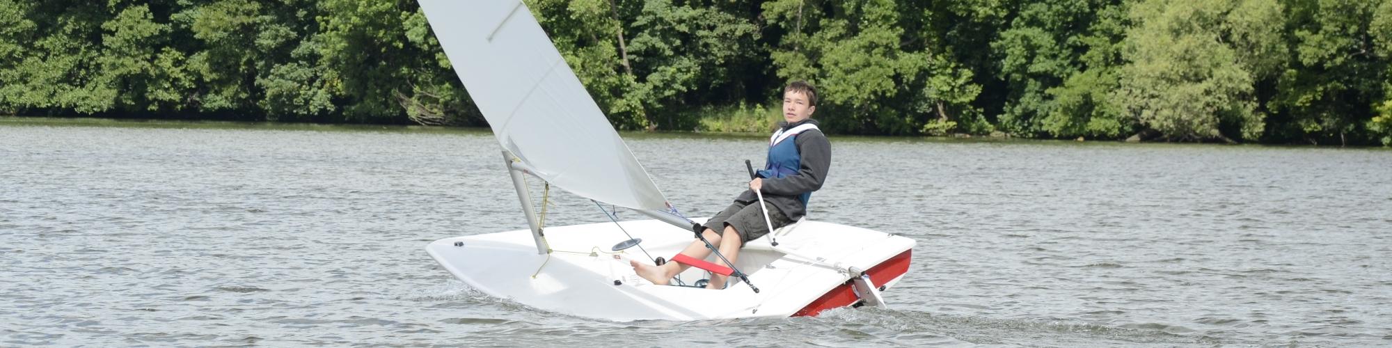 Segelkind Paul beim Training im Laser